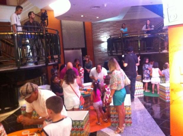 Crianças na área de oficinas de instrumentoos. #ReciclaréShowTang