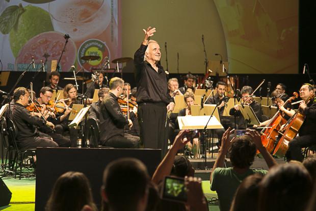 O Maestro João Carlos Martins fazendo o que ele sabe fazer muito bem, regendo! #ReciclarÉShowTang