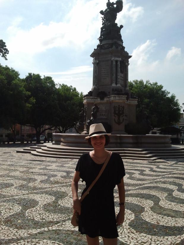 Eu, sensualizando na praça à frente do Teatro Amazonas! =)
