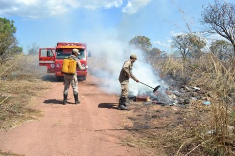 Grupo de bombeiros em ação.
