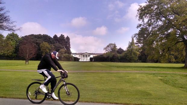 Cidadão irlandês pedalando pela cidade.