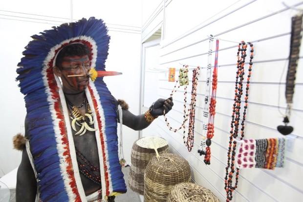 Yanaxi explica tradição do batizado dos indígenas Manoki aos visitantes da feira