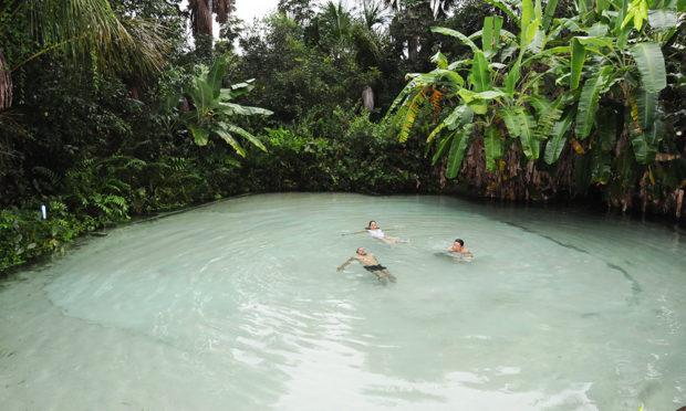 Os fervedouros são opções para quem quer explorar a beleza das piscinas naturais que não afundam.